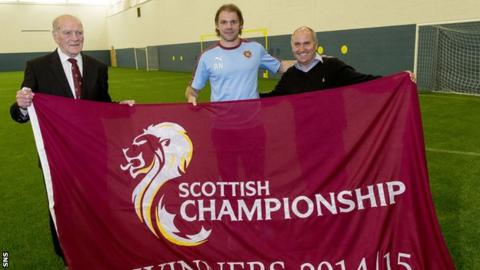 Robbie Neilson (centre) with the Scottish Championship flag