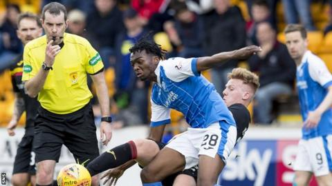 St Johnstone's Matty Willock (centre) in action with Partick Thistle's Andrew McCarthy.