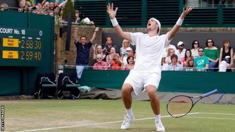 John Isner celebrates winning the final point when beating Nicolas Mahut