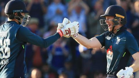 Joe Root & Eoin Morgan celebrate England's victory