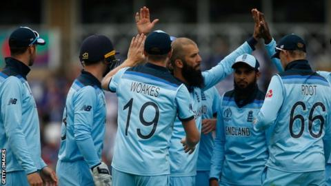 England cricket players celebrate as Moeen Ali takes a wicket against Pakistan
