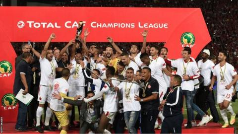 Wydad Casablanca lifting the 2017 African Champions League trophy