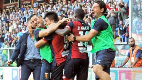 Genoa forward Giovanni Simeone (centre) celebrates with his team-mates after scoring against Pescara