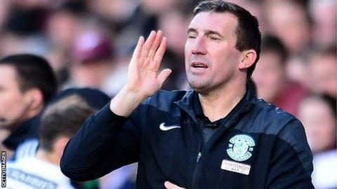 Alan Stubbs makes a point to his Hibs players