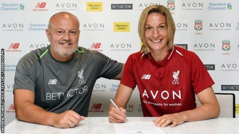 Leandra Little signs her contract with Liverpool Ladies