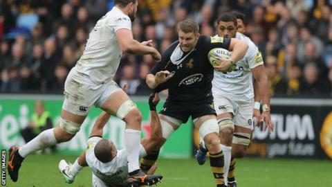 Thomas Young of Wasps is held by Jonathan Joseph