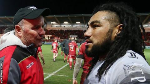 Wayne Pivac talks to Ma'a Nonu after Scarlets beat Toulon