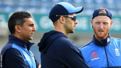 Ben Stokes talks to England coaching staff