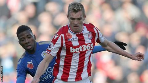 Stoke City's Darren Fletcher holds off Leicester City's Kelechi Iheanacho
