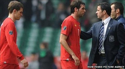 Gary Speed greets Joe Ledley and Aaron Ramsey