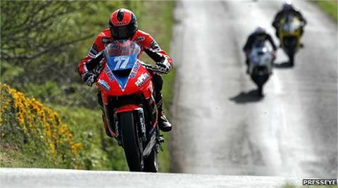 Ryan Farquhar in action on his 650cc machine during the Supertwins race at the 2009 Tandragee 100