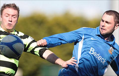 Ryan Henderson of Donegal Celtic in action against Glenavon's Gary Hamilton