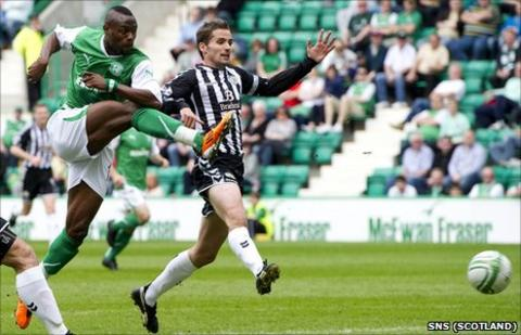 Hibernian striker Akpo Sodje (left)
