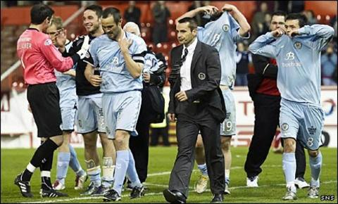 Danny Lennon and his players celebrate at Pittodrie