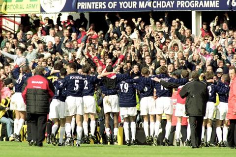 Manchester United win the league in 2000