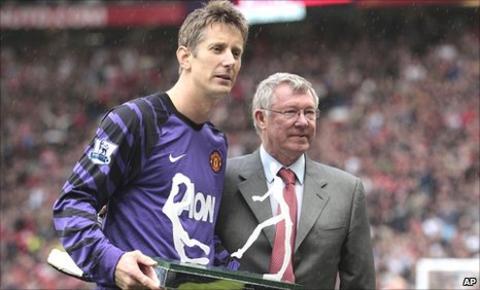 Edwin van der Sar (left) and Sir Alex Ferguson (right)