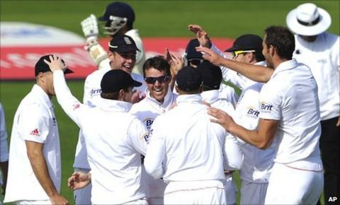 Graeme Swann (centre, facing) celebrates with team-mates