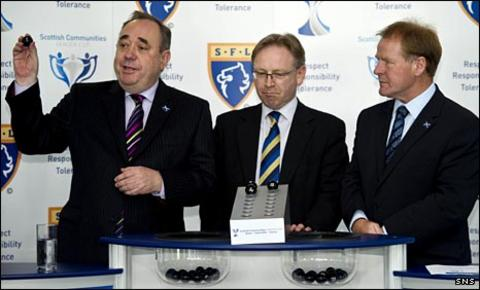 Alex Salmond, SFL operations director David Thomson and Murdo McLeod