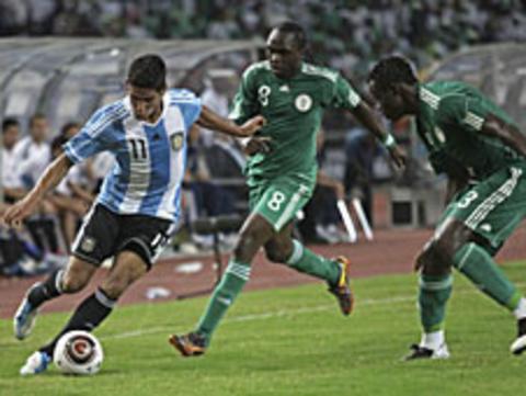 Taye Taiwo (right) and Peter Utaka (centre) challenge Argentina's Franco Jara