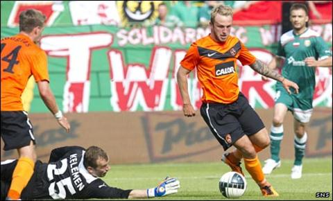 Johnny Russell rounds the Slask goalkeeper