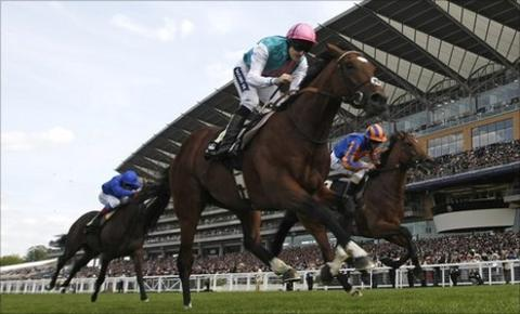 Frankel (centre) wins at Ascot