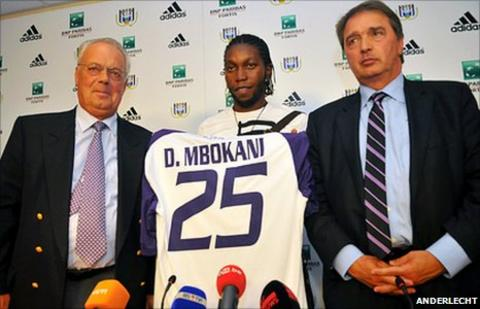 Dieumerci Mbokani (middle) with Anderlecht club officials