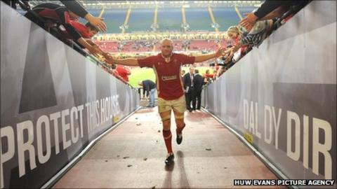 Martyn Williams takes his final Millennium Stadium bow as a Wales player