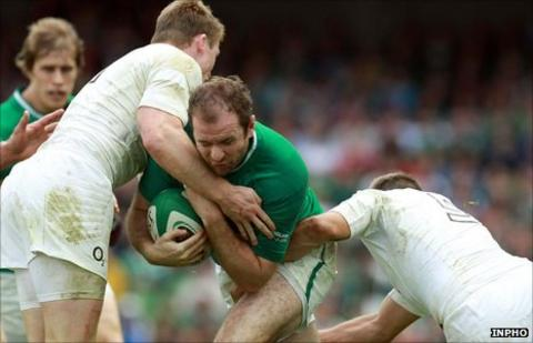 Ireland's Geordan Murphy is tackled by Richard Wigglesworth and Chris Ashton of England