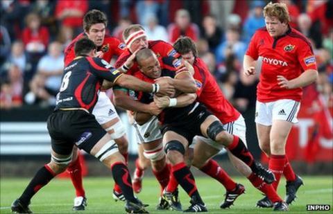 Mick O'Driscoll tackles Gavin Thomas