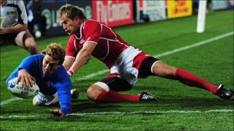 Giulio Toniolatti crosses the line for Italy's second try