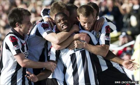 St Mirren players celebrate Nigel Hasselbaink's goal against Kilmarnock