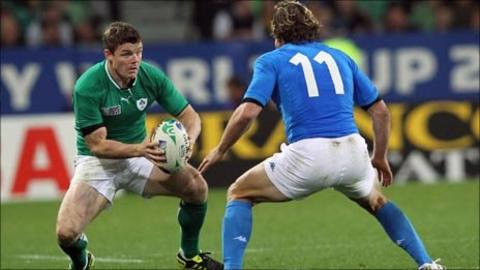 Brian O'Driscoll prepares to take on Mirco Bergamasco