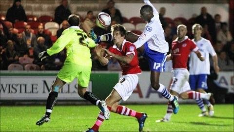 Tom Bender collides with Ian Dunbavin and Lucas Akins