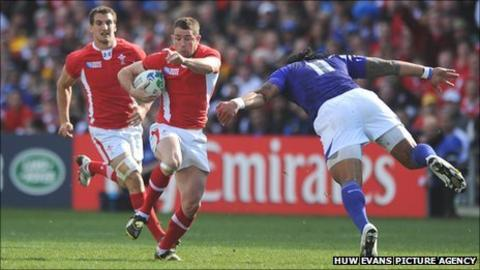 Shane Williams takes evasive action before aggravating his injury against Samoa