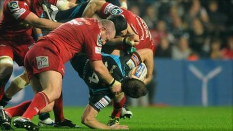 Stephen Jones tip tackles Tommy Bowe with Iestyn Thomas in attendance