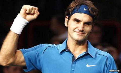 Roger Federer celebrates beating Juan Monaco
