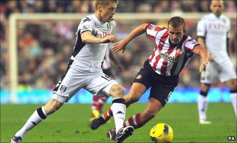 Fulham's Damien Duff (left) takes on Sunderland's Lee Cattermole