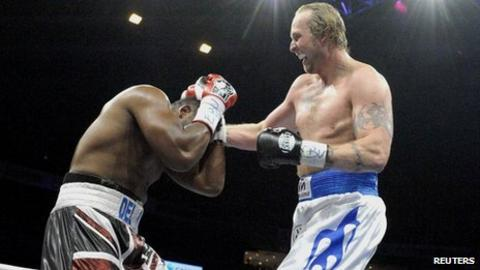 Robert Helenuis (R) and Dereck Chisora (L)