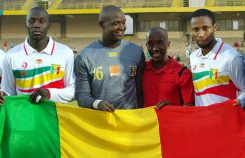 Seydou Keita (far right) with the Mali flag