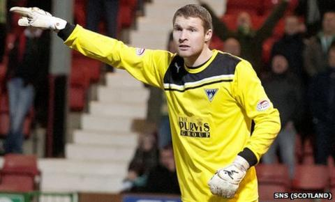 Iain Turner made his Dunfermline debut in a 3-2 loss to Hibernian