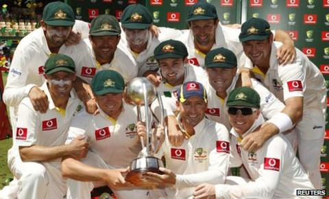 Australia celebrate with the Border-Gavaskar Trophy