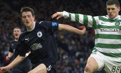 Murray Wallace tackles Celtic striker Gary Hooper