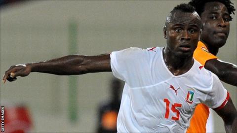 Equatorial Guinea defender Laurence Doe (L)