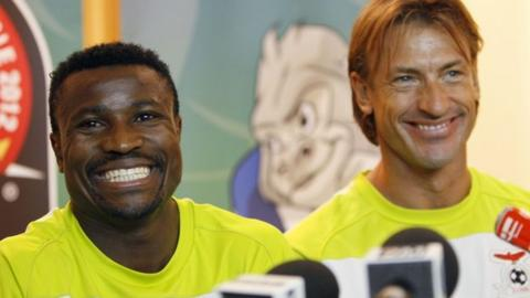 Zambia captain Christopher Katongo (L) and coach Herve Renard at a press conference, 10 February