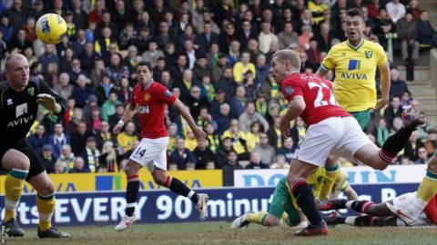 Manchester United's Paul Scholes (second right) heads the ball to score against Norwich at Carrow Road