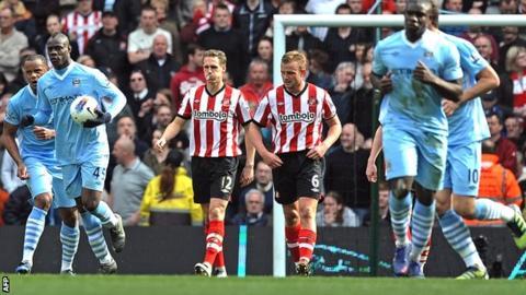 Mario Balotelli scores for Manchester City