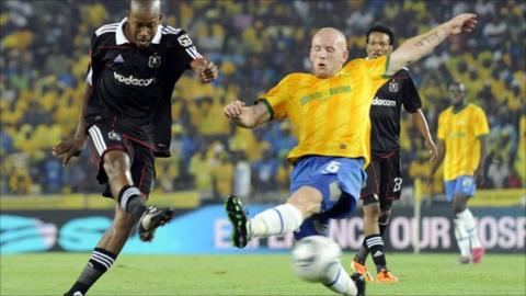 Orlando Pirates clash with Mamelodi Sundowns in a South African PSL game