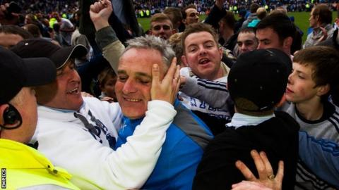 Dave Jones is mobbed by Sheffield Wednesday fans