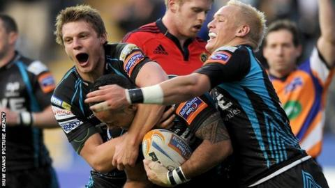 Dan Biggar and Hanno Dirksen show their appreciation for Kahn Fotuali'i's try