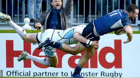 Dave Kearney goes over for Leinster's try despite the best efforts of Peter Murchie